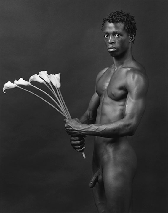 Dennis with flowers - Robert Mapplethorpe ©